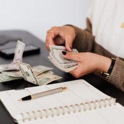 Gestoría de subvenciones trabajando